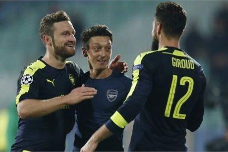 Ozil sang ruc, Arsenal thang sieu kich tinh - Anh 1