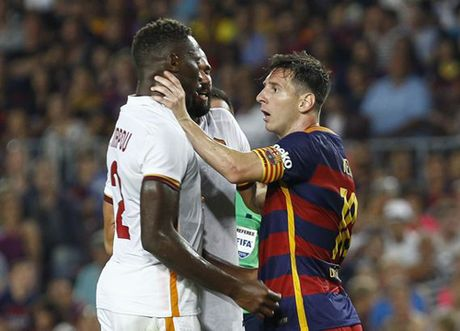 Lionel Messi va 6 khoanh khac 'noi doa' tren san bong - Anh 1