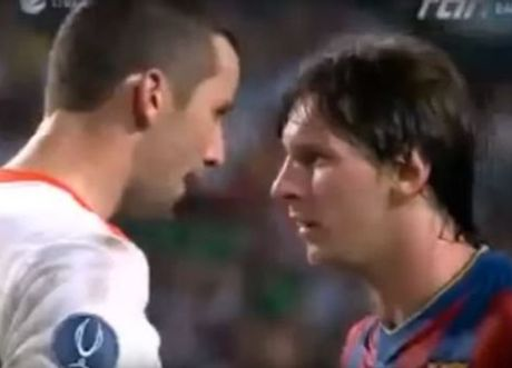 Lionel Messi va 6 khoanh khac 'noi doa' tren san bong - Anh 2