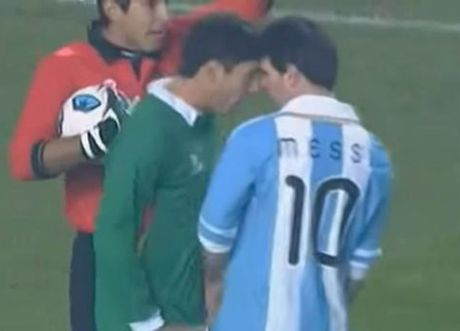 Lionel Messi va 6 khoanh khac 'noi doa' tren san bong - Anh 5