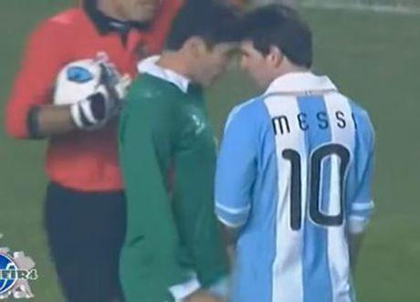 Lionel Messi va 6 khoanh khac 'noi doa' tren san bong - Anh 6