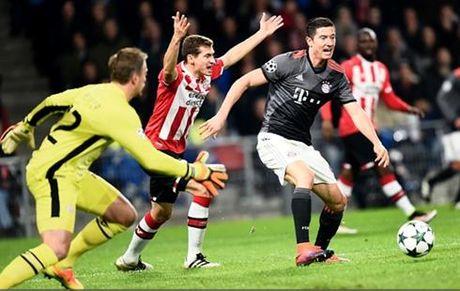 Lewandowski lap cu dup, Bayern loi nguoc dong truoc PSV - Anh 1