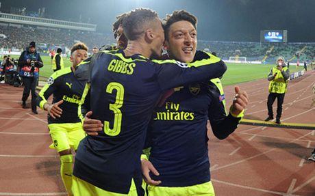 The thao 24h: Man City va Arsenal ca khuc khai hoan, Klose treo giay - Anh 1