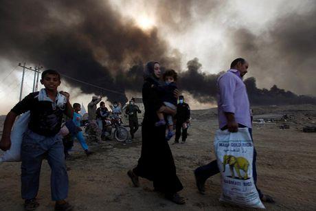 Anh bau troi Mosul bi nhuom den khi IS dot cac gieng dau - Anh 10