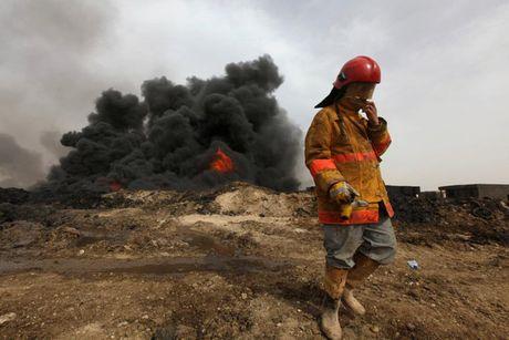 Anh bau troi Mosul bi nhuom den khi IS dot cac gieng dau - Anh 11