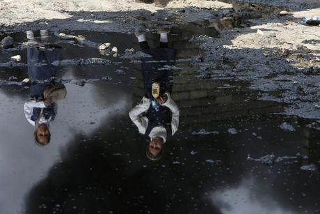 Anh bau troi Mosul bi nhuom den khi IS dot cac gieng dau - Anh 12