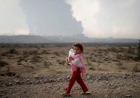 Anh bau troi Mosul bi nhuom den khi IS dot cac gieng dau - Anh 13