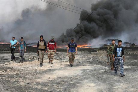 Anh bau troi Mosul bi nhuom den khi IS dot cac gieng dau - Anh 1