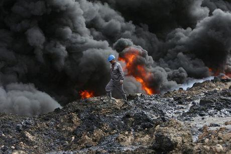 Anh bau troi Mosul bi nhuom den khi IS dot cac gieng dau - Anh 2