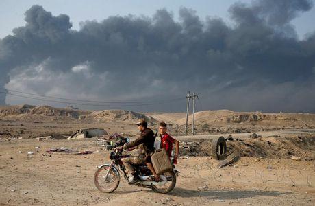 Anh bau troi Mosul bi nhuom den khi IS dot cac gieng dau - Anh 3