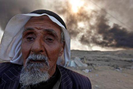 Anh bau troi Mosul bi nhuom den khi IS dot cac gieng dau - Anh 4