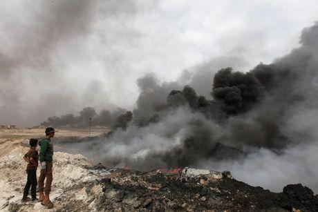 Anh bau troi Mosul bi nhuom den khi IS dot cac gieng dau - Anh 5
