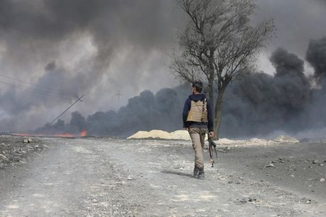 Anh bau troi Mosul bi nhuom den khi IS dot cac gieng dau - Anh 6