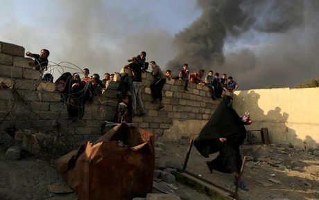 Anh bau troi Mosul bi nhuom den khi IS dot cac gieng dau - Anh 8