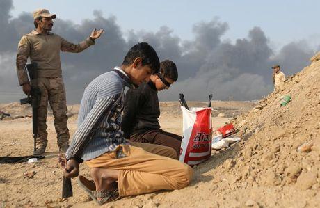 Anh bau troi Mosul bi nhuom den khi IS dot cac gieng dau - Anh 9
