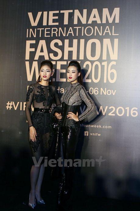 Hoa hau My Linh do dang cung Thanh Tu tren tham do tuan le thoi trang - Anh 3