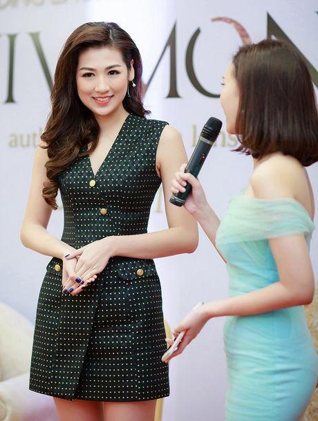 A Hau Tu Anh dien vay ngan, khoe chan dai can moc 1m05 - Anh 4