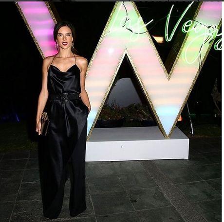 Alessandra Ambrosio lai khien CDV bong da ngan ngo - Anh 4