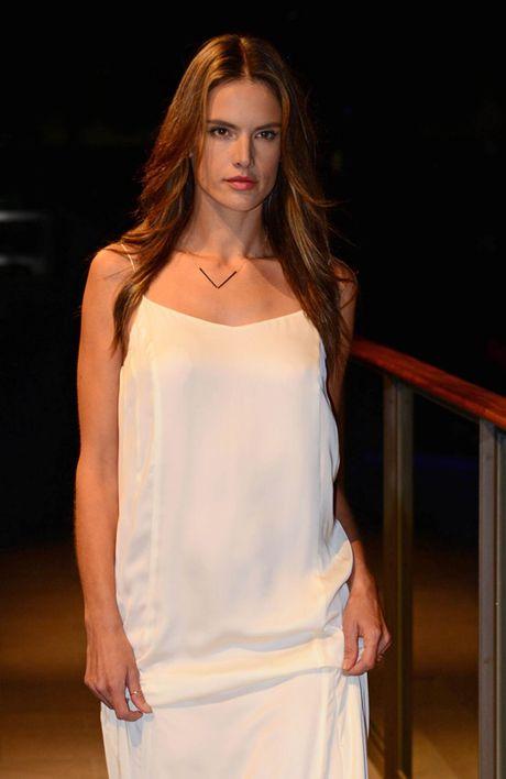 Alessandra Ambrosio lai khien CDV bong da ngan ngo - Anh 7
