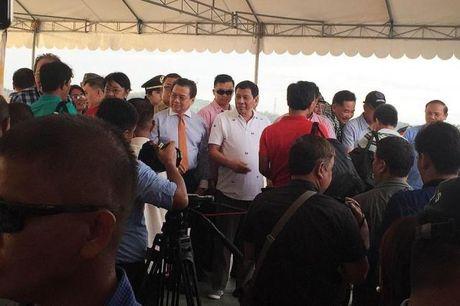 Tong thong Duterte dich than tien 17 ngu dan Viet Nam hoi huong - Anh 1