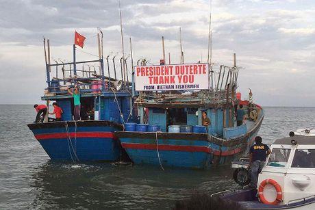 Tong thong Duterte dich than tien 17 ngu dan Viet Nam hoi huong - Anh 2