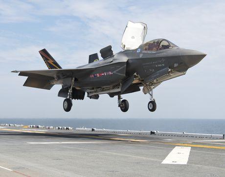Xem tiem kich F-35 ha canh thang dung tren tau san bay My - Anh 1