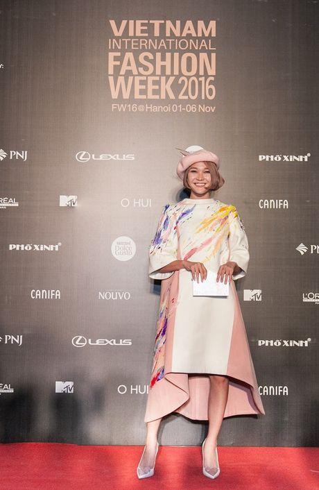 'Rung' sao Viet khoe sac tren tham do Vietnam International Fashion Week thu dong 2016 - Anh 10