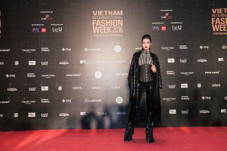 'Rung' sao Viet khoe sac tren tham do Vietnam International Fashion Week thu dong 2016 - Anh 13