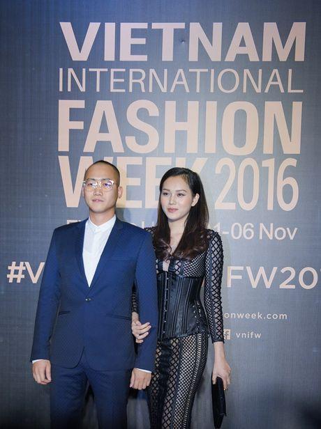 'Rung' sao Viet khoe sac tren tham do Vietnam International Fashion Week thu dong 2016 - Anh 17