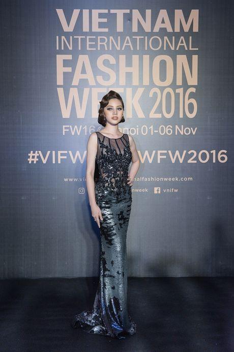 'Rung' sao Viet khoe sac tren tham do Vietnam International Fashion Week thu dong 2016 - Anh 19