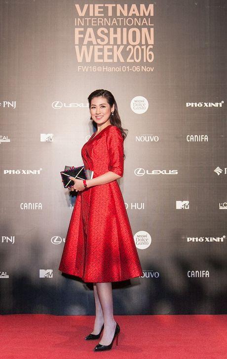 'Rung' sao Viet khoe sac tren tham do Vietnam International Fashion Week thu dong 2016 - Anh 1