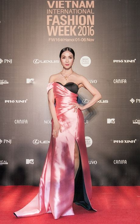 'Rung' sao Viet khoe sac tren tham do Vietnam International Fashion Week thu dong 2016 - Anh 6