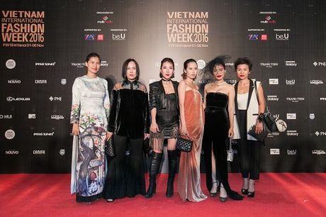 'Rung' sao Viet khoe sac tren tham do Vietnam International Fashion Week thu dong 2016 - Anh 9