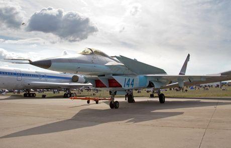 Tiem kich J-20 cua Trung Quoc bi nghi 'nhai' thiet ke may bay Nga - Anh 2