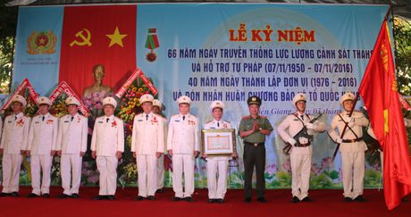 Trai giam Phuoc Hoa don nhan Huan chuong Bao ve To quoc hang Ba - Anh 3