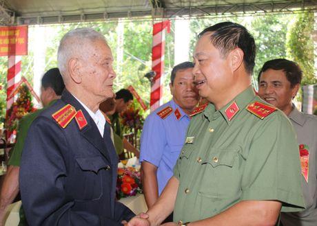 Trai giam Phuoc Hoa don nhan Huan chuong Bao ve To quoc hang Ba - Anh 4