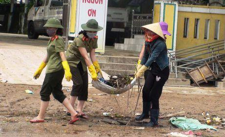 Cong an Quang Binh cung dan khac phuc hau qua lu lut - Anh 1