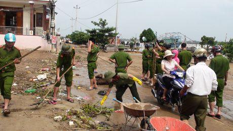 Cong an Quang Binh cung dan khac phuc hau qua lu lut - Anh 2