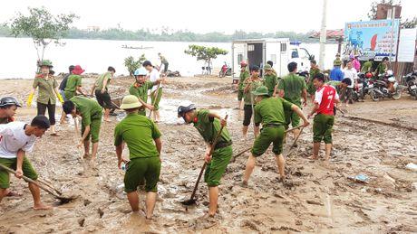 Cong an Quang Binh cung dan khac phuc hau qua lu lut - Anh 3