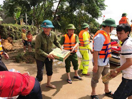 Cong an Quang Binh cung dan khac phuc hau qua lu lut - Anh 4