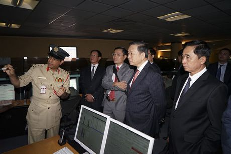 Bo truong To Lam tiep Tu lenh Canh sat kiem Giam doc Co quan An ninh Nha nuoc Tieu vuong quoc Du-bai - Anh 3
