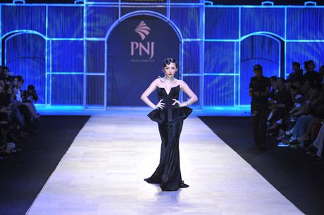 Man nhan voi tuyet tac trang suc tai Vietnam International Fashion Week - Anh 2