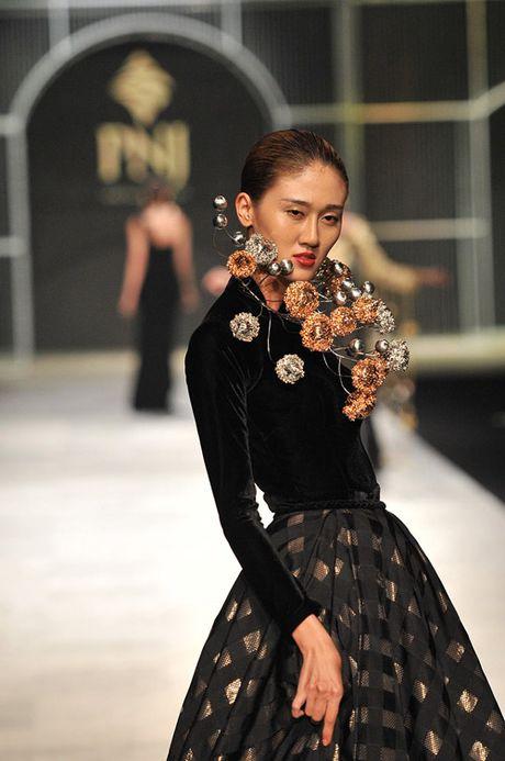 Man nhan voi tuyet tac trang suc tai Vietnam International Fashion Week - Anh 5