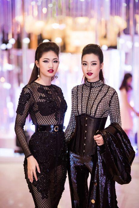 Choang ngop voi phong cach thoi trang an tuong cua Hoa hau My Linh tai VIFW 2016 - Anh 3