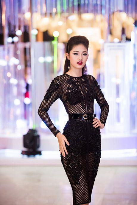 Choang ngop voi phong cach thoi trang an tuong cua Hoa hau My Linh tai VIFW 2016 - Anh 8