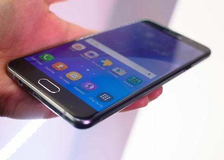 Loat smartphone giam gia dang chu y trong thang 10 - Anh 5