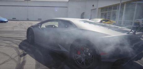 Man nhan xem cap doi Lamborghini Huracan drift sieu dang - Anh 1
