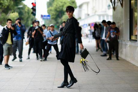 Sac den 'ap dao' cua loat street style VIFW giua tiet troi thu Ha Noi - Anh 2