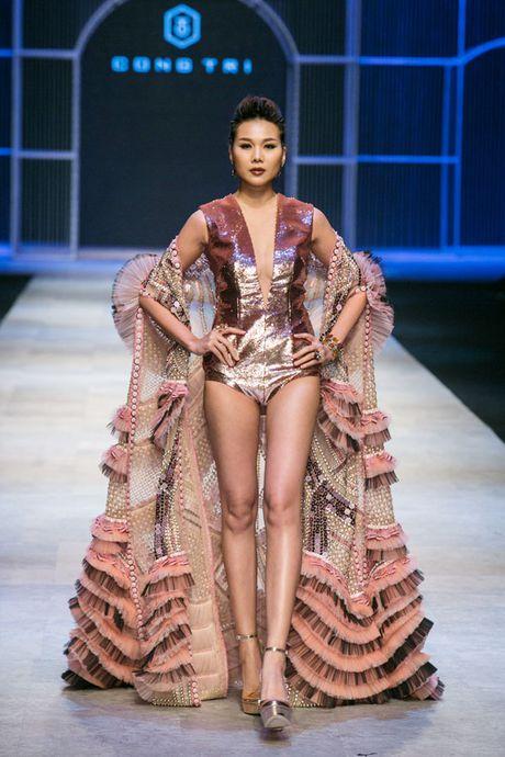 Thanh Hang long lay nhu nu hoang khi lam vedette cho show Cong Tri - Anh 2