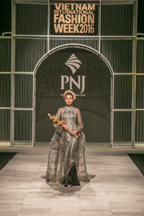 Thanh Hang long lay nhu nu hoang khi lam vedette cho show Cong Tri - Anh 7